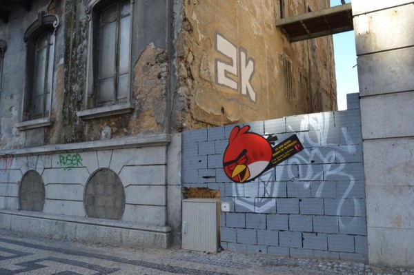 angry-birds-street-art-outdoor-publico-ambient-guerilla-marketing-tbwa-lisbonne-lisboa-3-600x399