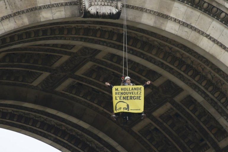 Greenpeace activists abseil down Arc de Triomphe – Guerrilla Marketing