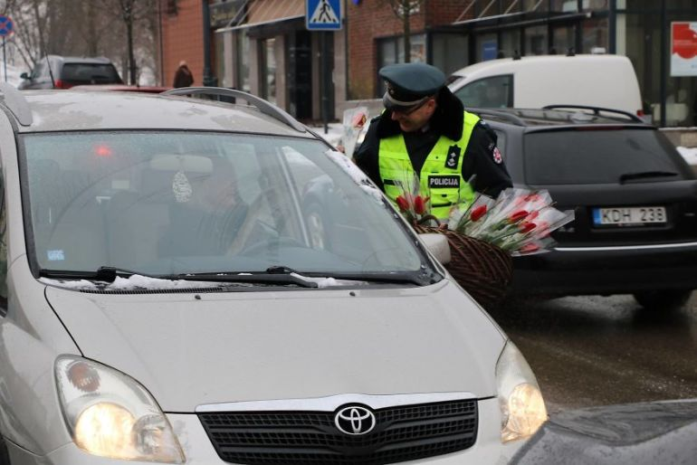 Lithuanian police surprise female drivers with flowers – International Women's Day